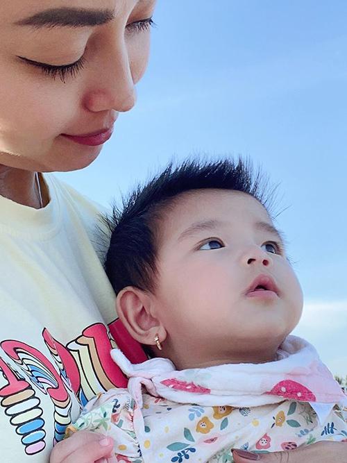 Người thân và bạn bè có nhận xét khác nhau về gương mặt của bé Nấm, người thì cho rằng Nấm giống anh Nu nhưng lại có người cho rằng bé giống mẹ nhất trong ba chị em. Tuy nhiên, Jennifer Phạm vẫn thấy mình như đẻ thuê vì Nấm cũng như chị Na và anh Nu, đều rất giống bố Đức Hải.