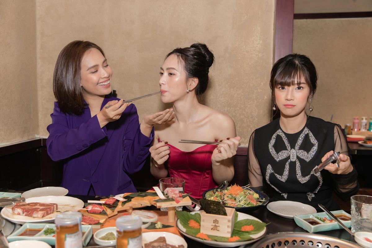 Ái Phương chia sẻ: Ẩm thực Nhật Bản là hiện thân của sự cầu toàn và tỉ mỉ. Với người Nhật, ẩm thực còn là sự hòa trộn giữa tôn giáo, văn hoá và hơn hết là lòng mến khách. Trong ảnh, Ái Phương ân cần đút cho Phương Anh Đào ăn khiến Hoàng Yến Chibi ghen tức.