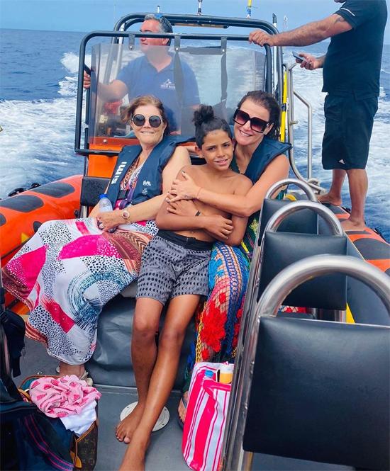 Cậu nhóc 10 tuổi cùng bác cả và bà nội cũng đi du thuyền thăm thú quanh hòn đảo quê nhà.