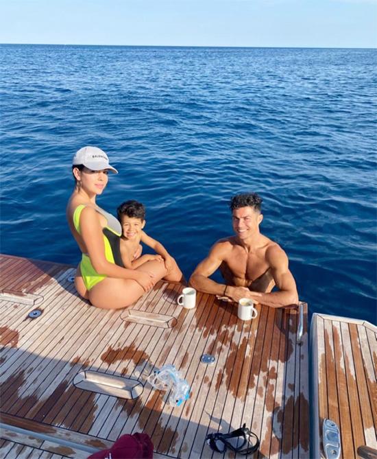 Trên trang cá nhân ngày đầu tuần, cả C. Ronaldo và bạn gái đều chia sẻ ảnh trong kỳ nghỉ cuối tuần.