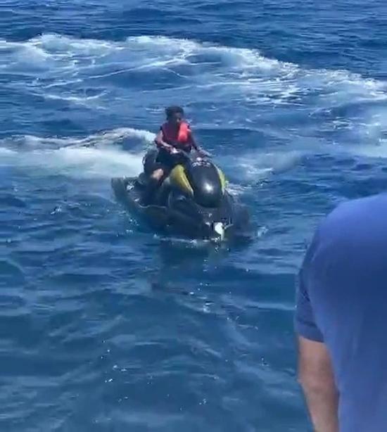 Cuối tuần qua, cậu con trai đầu lòng của CR7 là Cristiano Jr gây chú ý khi xuất hiện trong video tự lái motor nước.