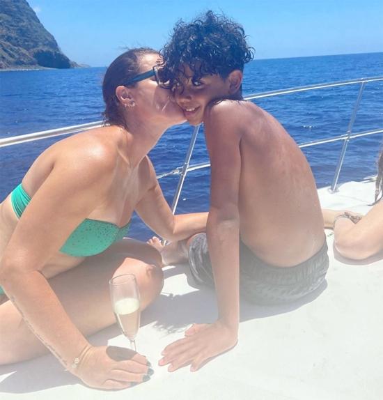 Chị cả của C. Ronaldo - Elma - sau đó đăng ảnh tình cảm bên Cristiano Jr trong chuyến đi nghỉ ở quê nhà Madeira. Có vẻ cậu cả nhà CR7 đang nghỉ hè cùng bà nội, bác cả và các anh chị họ ở Bồ Đào Nha còn siêu sao 35 tuổi và bạn gái cùng các nhóc còn lại vẫn ở Italy.