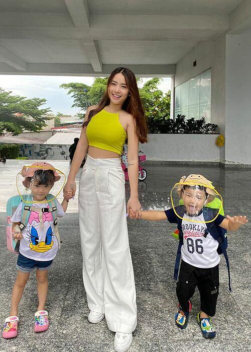 Ca sĩ Hải Băng mặc áo crop top khoe eo thon khi đưa hai con đến trường.