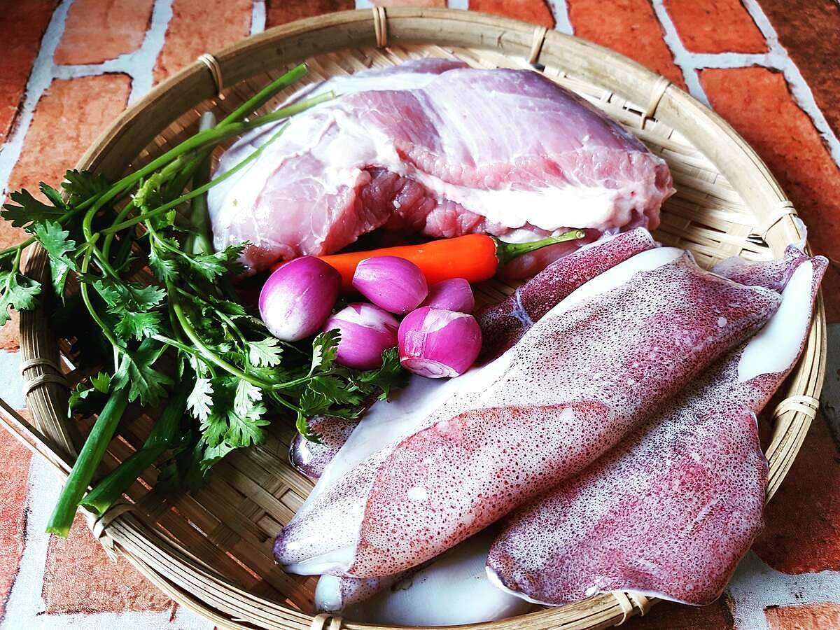 Các nguyên liệu cần thiết để làm món mực nhồi thịt rim nước dừa gồm mực tươi, thịt nạc, củ hành tím...