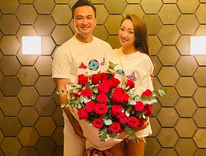 Chi Bảo và bạn gái hạnh phúc kỷ niệm ngày yêu tại một nhà hàng sang trọng ở TP HCM. Trước đó, Lý Thuỳ Chang cũng có cuộc đoàn tụ vui vẻ cùng mẹ chồng tương lai, vợ cũ và con trai của Chi Bảo.