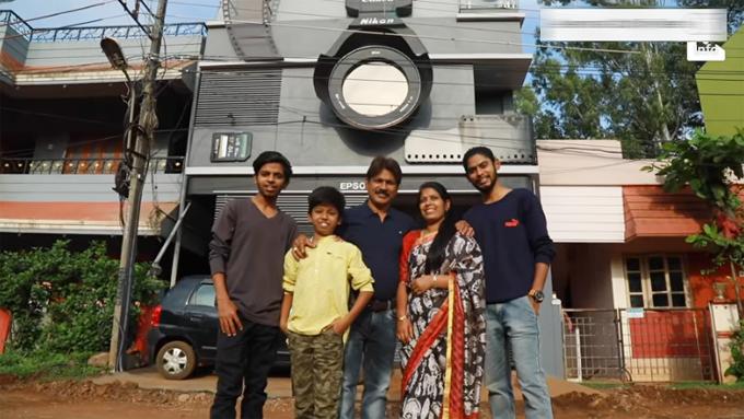 Nhiếp ảnh gia Ravi Hongal cùng vợ Rani và ba con trai - Canon, Nikon, Epson đứng trước ngôi nhà hình máy ảnh tại Belgaum, Ấn Độ. Ảnh cắt từ video.