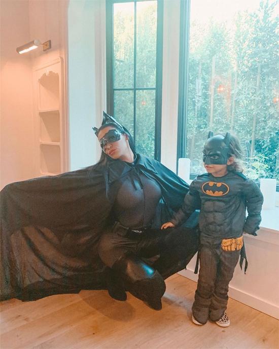 Nữ diễn viên cùng con trai hóa thành Batgirl và Batman trong ngày lễ Halloween tháng 10/2019.