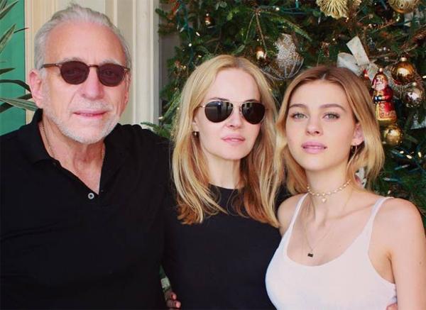 Nữ diễn viên tóc vàng bên bố mẹ. Ảnh:Instagram.
