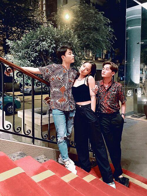 Trúc Nhân và Ali Hoàng Dương đưa Miu Lê đi ăn mừng sinh nhật nữ ca sĩ.