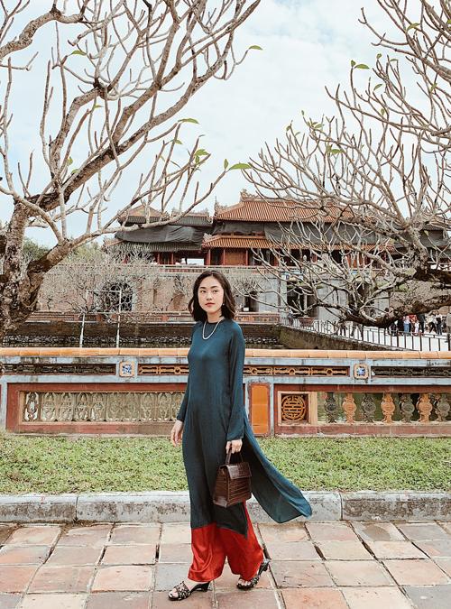 [Caption] Ngoài công việc chính là MC, Misoa còn được biết tới là một blogger truyền cảm hứng về làm đẹp, ẩm thực và du lịch. Năm nay, vì dịch bệnh nên cô nàng không thể đi chơi xa nhưng bù lại, các chuyến du lịch trong nước mang lại cho Misoa nhiều trải nghiệm hay ho. Nàng MC cho biết, một năm qua, cô thường xuyên tới Huế. Yêu nơi này vì nếp sống tao nhã và bình yên. Hễ mỗi lần ở Sài Gòn mà nặng đầu quá, mình lại trốn về Huế. Huế nhỏ nhưng có vô vàn thứ để khám phá và nhớ mãi. Huế không buồn, quan trọng là bạn đi với ai thôi, cô chia sẻ.  Cũng bởi thế, Misoa có rất nhiều kinh nghiệm du lịch ở đất cố đô, đặc biệt là danh sách các hàng ăn uống được các bạn ở Huế chỉ dẫn. Đây là những quán ăn đậm chất Huế, không quá đông khách du lịch, phần lớn là người địa phương. Nàng hotgirl bật mí: Đồ ăn Huế đa dạng, giá rẻ, phần ăn rất ít vì phong cách người Huế tao nhã, ăn hương ăn hoa. Vị trung hoà, thanh đạm. Lưu ý, đồ ăn ngon ở Huế thường bán vào buổi sáng và rất sớm hoặc là giờ nào thì ăn món đó chứ không bán cả ngày nên bạn cần chọn giờ, tranh thủ đi ăn cho kịp. Misoa lần nào ra Huế đi ăn cũng như đi chạy giặc, bỏ lỡ nhiều món, tiếc hùi hụi.