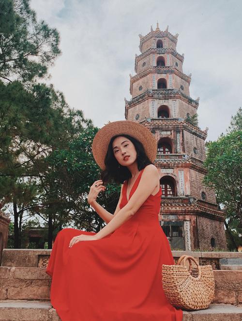Misoa rực rỡ như đóa hồng khi mặc váy đỏ, đội nón rộng vành đi thăm chùa Thiên Mụ.