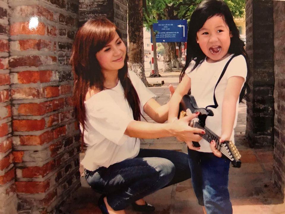 Lưu Thiên Hương bên con gái Mimi lúc nhỏ.
