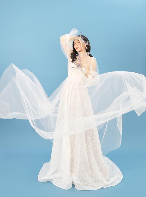 Đầm có độ xòe nhẹ nhàng, giúp cô dâu dễ dàng di chuyển khi sải bước ở sảnh tiệc cưới.