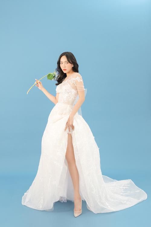 Thân trên đắp ren, mang vẻ nữ tính cho cô dâu. Váy được dựng gọng corset giúp định hình eo thon.