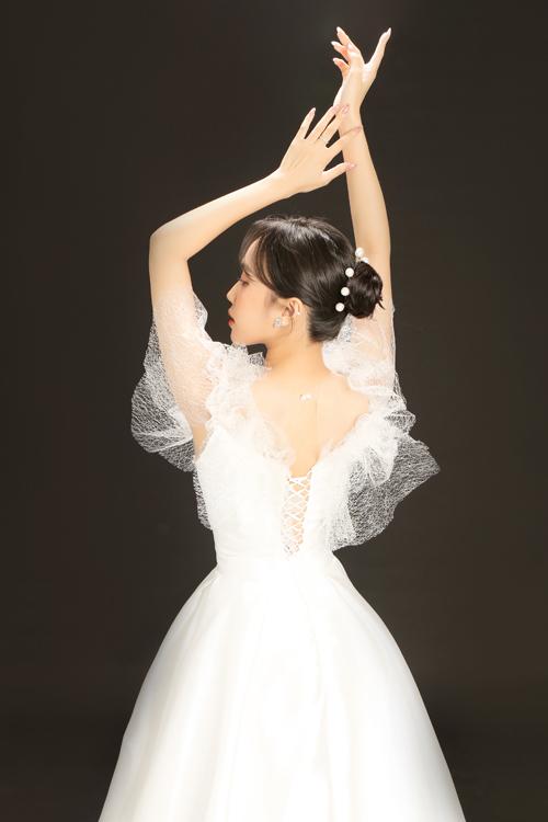 Mặt lưng váy đan dây giúp điều chỉnh kích cỡ áo cho vừa vặn cơ thể cô dâu.