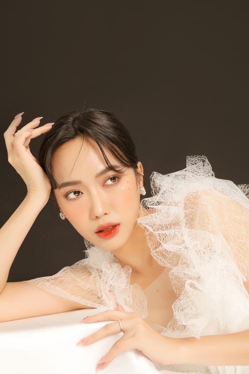 Bộ ảnh được thực hiện bởi trang điểm, trang phục: Hiwon Makeup & Bridal, làm tóc: Jimin Young, photo: Nguyen Du.