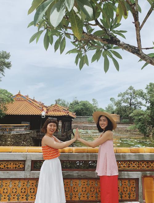Misoa hội ngộ diễn viên Trang Hý (trái) khi đi thăm di tích lăng vua Thiệu Trị.