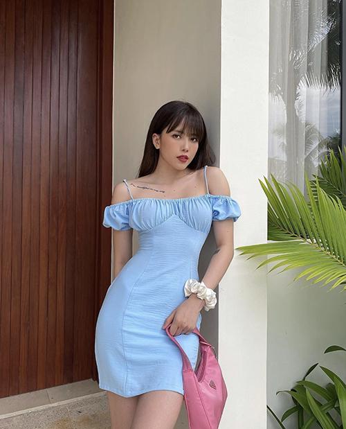 Thiều Bảo Trâm sử dụng túi kẹp nách của Prada để mang tới tổng thể ngọt ngào khi diện váy trễ vai.