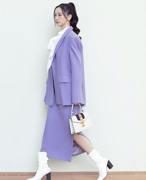 Diện nguyên bộ suit gam tím nhẹ nhàng là phong cách được Jun Vũ, Mai Phương Thúy, Mâu Thủy và nhiều sao yêu thích.