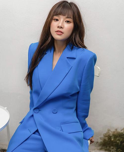 Bộ suit dáng rộng với gam xanh dương đậm giúp Hoàng Yến Chibi có được nét thanh lịch và sành điệu cùng xu hướng mới.