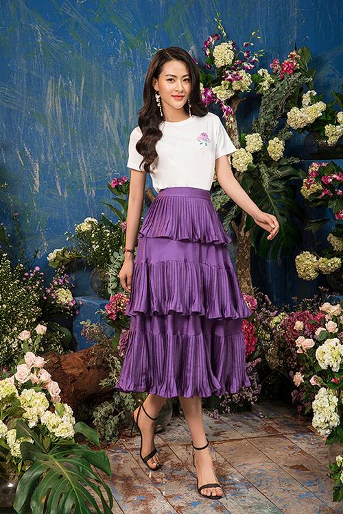 Chân váy dài quá gối với chất vải dập ly mềm mượt chuyển động theo từng bước chân của người đẹp.