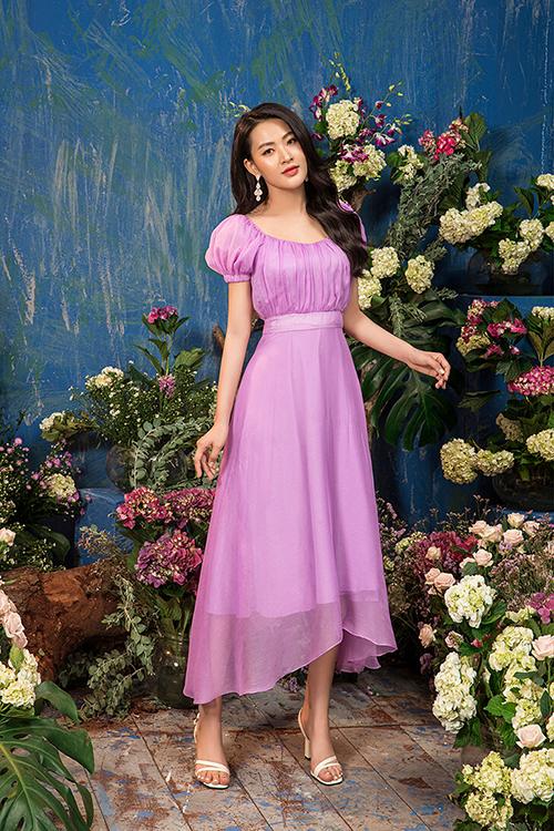 Váy voan bèo nhún kết hợp với sandals cao gót quai mảnh và mái tóc xoăn nhẹ tôn thêm vẻ yêu kiều, nữ tính cho diễn viên 9X.