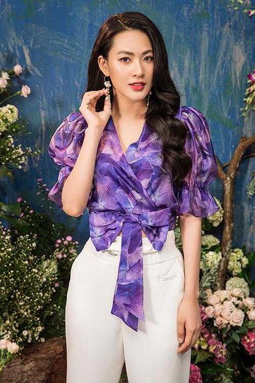 Áo crop-top bèo nhún in họa tiết hoa tôn thêm vẻ nữ tính, dịu dàng cho nữ diễn viên.
