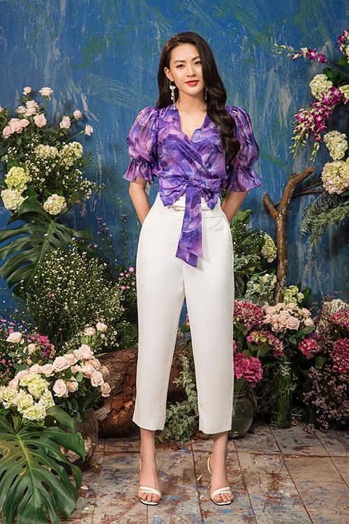Kết hợp đồ trơn màu với đồ họa tiết là một trong những nguyên tắc thời trang được Minh Trang yêu thích theo đuổi mốt tím tử đinh hương, giúp bộ đồ vừa có điểm nhấn vừa không bị rối mắt.