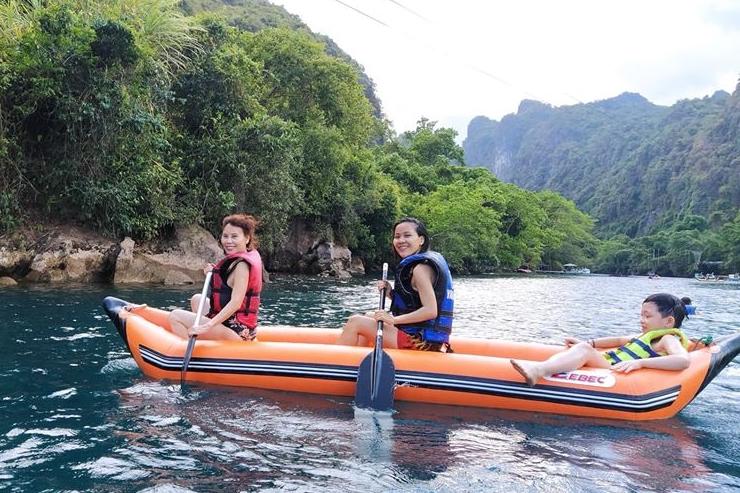 Bà Ngọc Hương (trái) - mẹ Hồ Ngọc Hà tận hưởng chuyến đi. Ở tuổi ngoài 60, bà hào hướng trượt zipline (đu dây bằng ròng rọc), chèo thuyền, bơi vào hang tối trong núi...