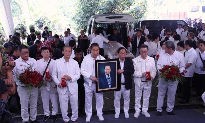 Các con cháu cùng di ảnh ông Eka Tjipta Widjaja trong đám tang vào năm ngoái. Ảnh: Detik.