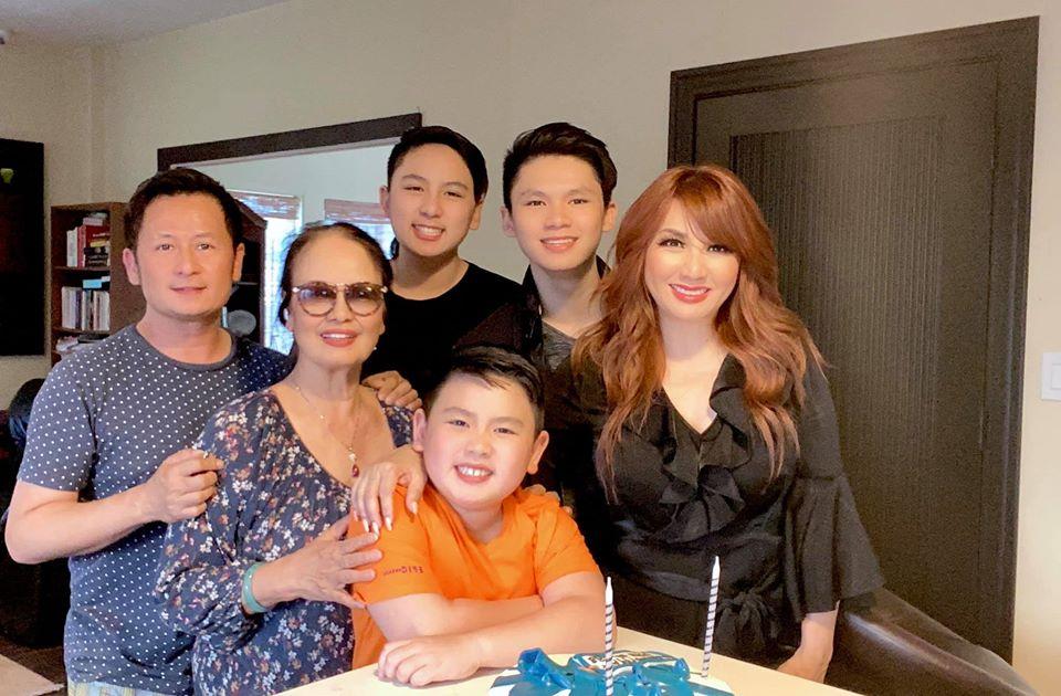 Bằng Kiều đón sinh nhật ấm cúng bên mẹ, vợ cũ và ba con trai.