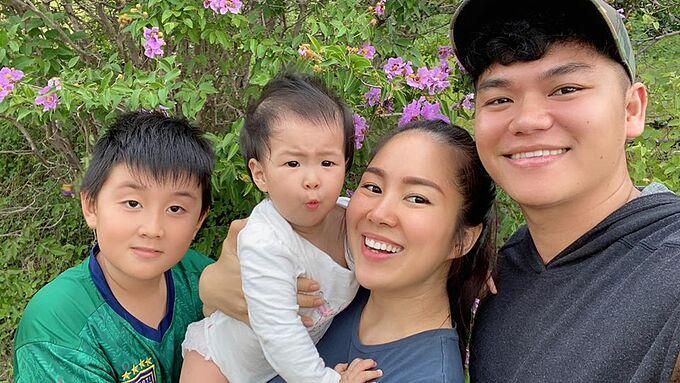 Gia đình Lê Phương lạc giữa rừng hoa bằng lăng tím.