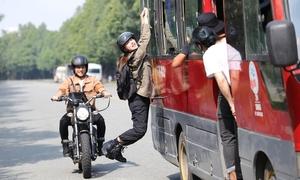 Minh Hằng lái môtô, đu xe khách