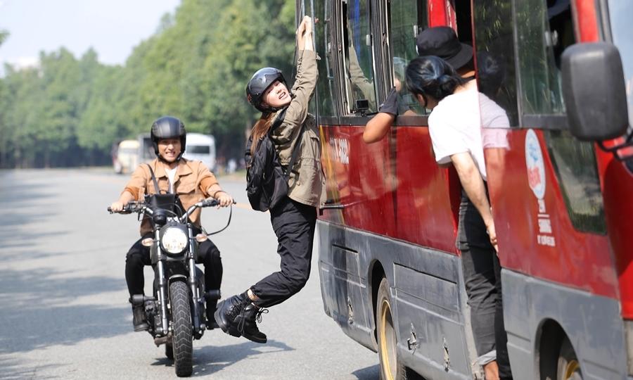 Minh Hằng lái mô-tô, đu xe khách