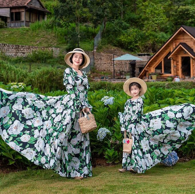 Ốc Thanh Vân và con gái diện đồ đồng điệu pose hình cùng hoa cẩm tú cầu ở Đà Lạt.