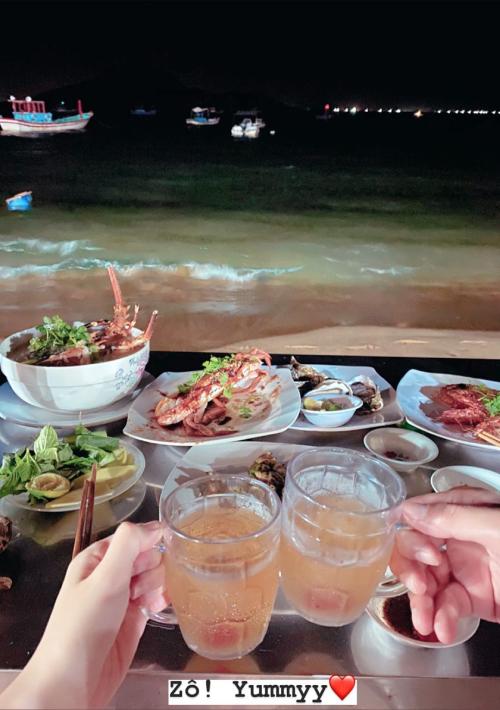 Hai vợ chồng cùng ngắm cảnh ở Quy Nhơn, đi thăm Ghềnh Đá Đĩa Phú Yên, dạo chợ hải sản và thưởng thức bữa ăn lãng mạn trên biển.