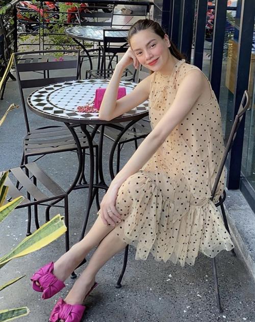 Hồ Ngọc Hà cũng cập nhật hot trend sắc màu với cách sử dụng nguyên bộ phụ kiện dép sandal, túi Chanel tông hồng cánh sen.