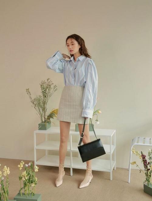 Những kiểu váy áo sexy khó mặc đến văn phòng, tuy nhiên chân váy chữ A dáng ngắn lại dễ mix đồ đi làm vừa gợi cảm vừa thanh lịch.