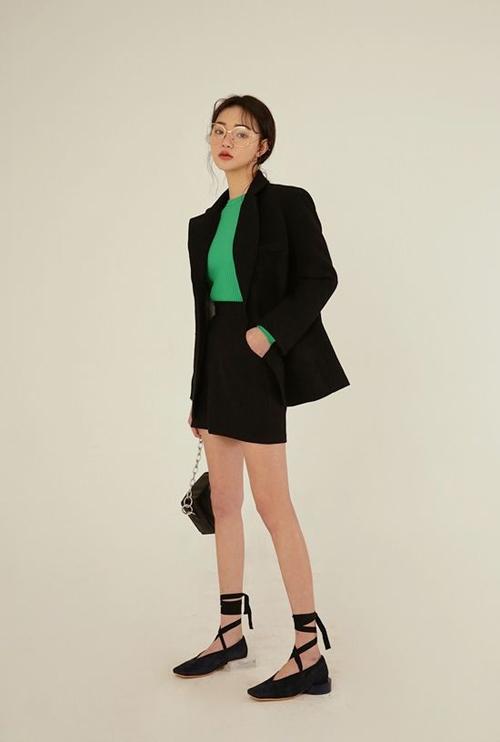 Nếu thích trend mặc suit đi làm thì các nàng có thể tham khảo các mẫu blazer dáng rộng đồng điệu với chân váy ngắn.