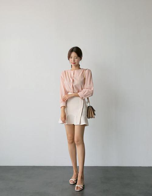 Chân váy vạt xéo thường được mix cùng áo hai dây để đi dạo phố. Khi đến văn phòng, các nàng có thể thay thế các mẫu áo hở vai bằng blouse hay sơ mi.
