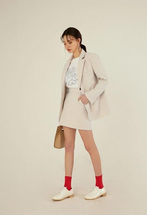 Với các mẫu chân váy ngắn, nàng công sở vẫn có được nét trang nhã và chỉn chu khi kết hợp cùng vest, áo blazer.