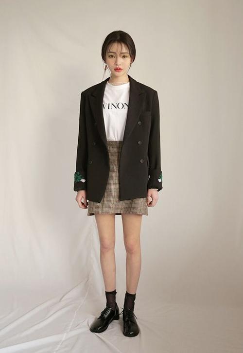 Áo blazer vai vô, dáng rộng vẫn là xu hướng được yêu thích ở mùa mốt năm nay. Vì thế, phái đẹp công sở có thể chọn nó để mix-match cùng các dáng váy tôn chân thon để giúp mình cuốn hút hơn khi đi làm.