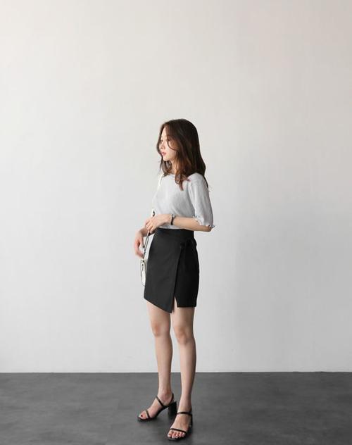 Đầm vạt xéo, áo thun, sandal quai mảnh, túi đeo chéo dễ kết hợp để hoàn thiện set đồ đi làm cho các cô nàng yêu sự đơn giản.