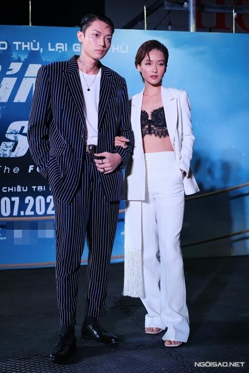 Diễn viên - ca sĩ Khả Ngân mặc sexy, sánh đôi với nam người mẫu đóng chính trong MV Em đau lòng thế, anh vừa lòng chưa? mới ra mắt của cô.