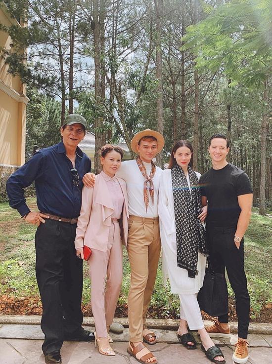 Bà Ngọc Hương cùng chồng ủng hộ chuyện tình cảm của con gái Hà Hồ và bạn trai Kim Lý (phải).