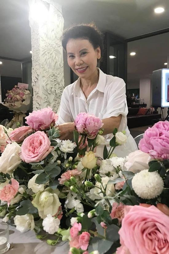 Là phụ nữ gốc Huế, mẹ của Hồ Ngọc Hà còn khéo léo, cắm hoa rất đẹp.