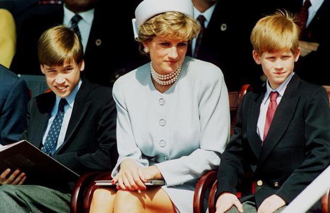 Diana từng đau đớn trước sự đối xử thiên vị giữa William và Harry
