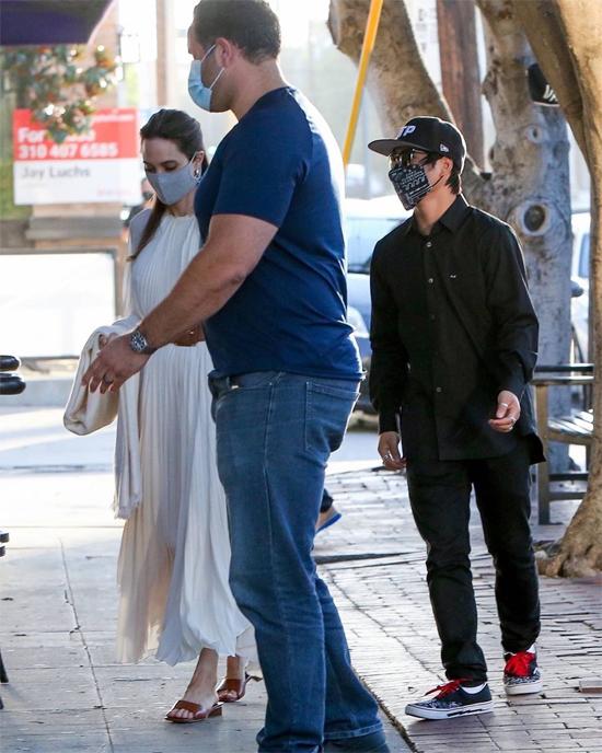Angelina và Brad vẫn chưa hoàn tất ly hôn sau 4 năm cặp sao đệ đơn lên tòa. Vì dịch Covid-19, tòa tạm hoãn xử lý vụ việc này.