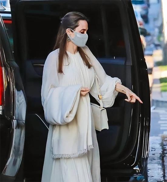 Angelina Jolie xuất hiện trang nhã trong bộ đầm dài xếp li và đeo khẩu trang cùng màu.
