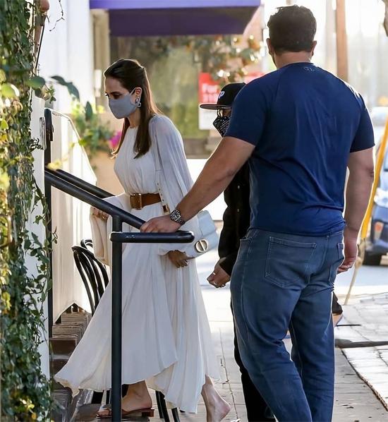Hiện tại Angelina Jolie và chồng cũ duy trì mối quan hệ thân thiện để cùng chăm sóc các con. Trong những tháng nghỉ dịch vừa qua, Brad Pitt được trông thấy lái môtô đến nhà Angelina vài lần.
